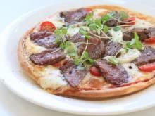 佐賀が誇る ブランド牛 「佐賀牛」と 高級モッツァレラ チーズを 使用した 贅沢なピザです