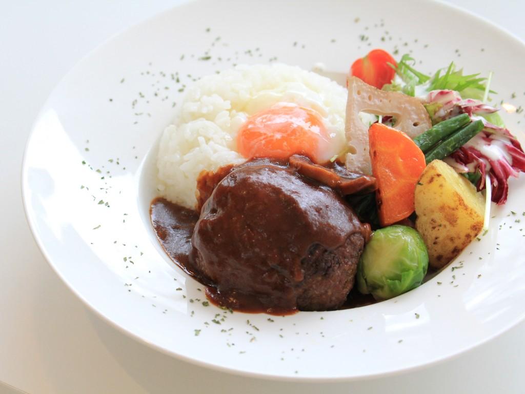 ハンバーグ・ライス・温泉卵・季節野菜を、一つのお皿に閉じ込めました! 1200 yen