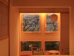 【客室:をりから】吉田屋本館の対岸に建つ別邸をりからからも桜が見えます。