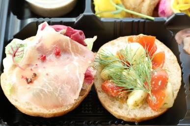 『生ハムとグリーンマスタード&モッチァレラとトマトの二種のオープンサンド』/パン料理の一例