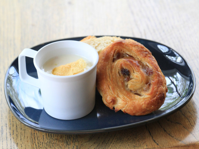 アミューズ:新玉葱の冷製スープ ~生ハム、嬉野大豆の揚げ湯葉~パン