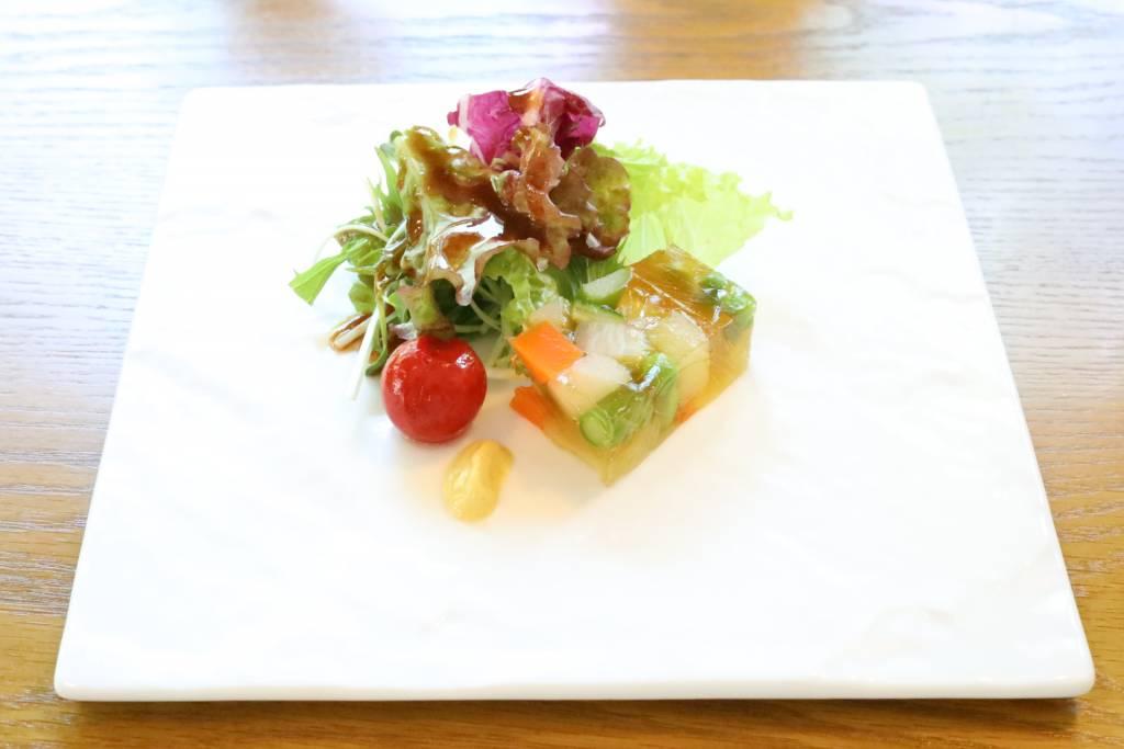 アミューズ:彩り野菜のテリーヌ ~ミニトマトマリネ、マスタード~