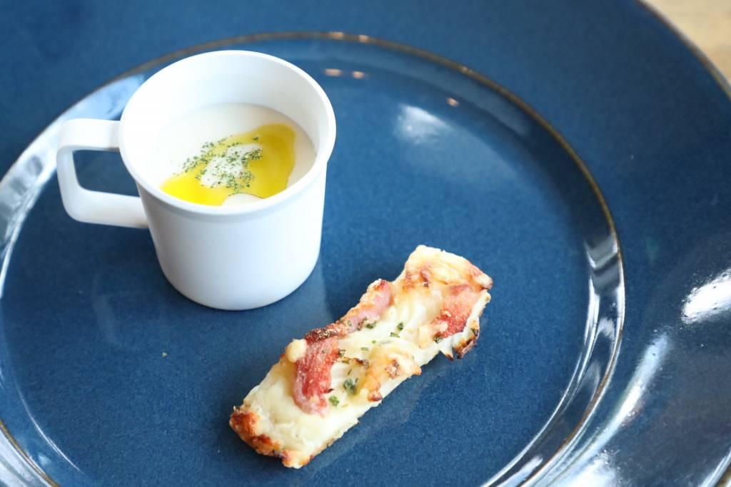 新玉葱の冷製スープ~タルト、フランベを添えて~