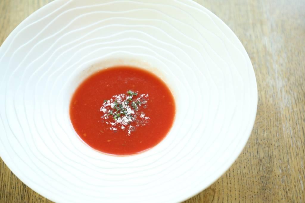 トマトの冷製スープ~黒胡椒、グラナパダーノ、シブレット~