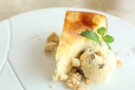 さつまいものチーズケーキ ~ラムレーズンのアイス、胡麻のクランブル~